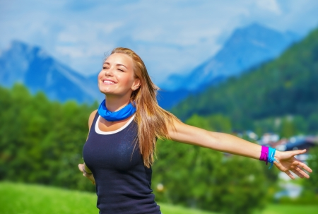 Portret van gelukkige reiziger meisje met opgewekt handen genieten van zonnige dag, bergen, landschap, reizen naar Europa, geluk emotie, zomer vakantie concept