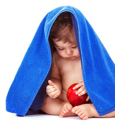 nice food: Милый ребенок мальчик с яблоком фруктов и завернутые в голубой полотенце, изолированных на белом фоне, здоровое питание, уход за ребенком, концепция счастливое детство
