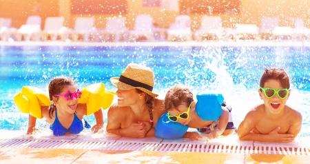natacion: Familia feliz activo que se divierten en la piscina, pasar tiempo juntos en el parque acuático, vacaciones de verano, la alegría y el concepto de placer