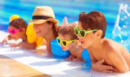 행복 수영장에서 가족, 세 아이 즐기는 아쿠아 파크, 비치 리조트, 여름 휴가, 즐거움 개념 물에 재미 어머니
