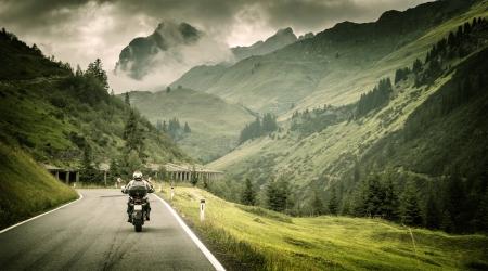 산악 도로, 찬 흐린 날씨, 유럽, 오스트리아, 알프스, 극단적 인 스포츠, 활동적인 라이프 스타일, 모험 투어링 개념 흥분 모터 사이클