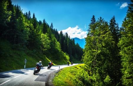 Bikers in bergachtige tour, door heel Europa reizen, curve snelweg in de bergen, scène bestemmingen, extreme vervoer, actieve levensstijl Stockfoto