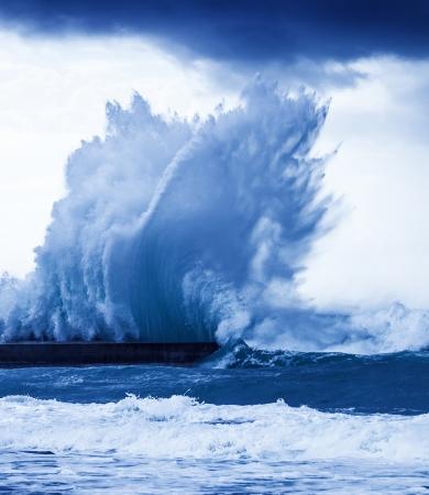 巨大な波のスプラッシュ、アクション、深い青色の海で嵐の天候、自然災害、自然の力で強力な大潮 写真素材