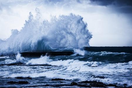 嵐の海の波、美しい海の風景、アクション、深い青色の海で嵐の天候、自然災害、自然の力で強力な大潮