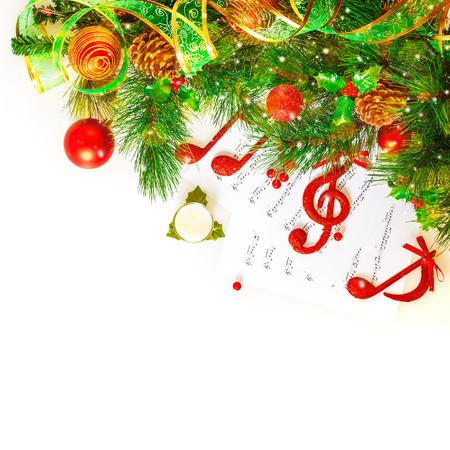 축제 음악 정물, 빨간색 음자리표와 흰색 배경에 고립 된 신선한 녹색 전나무 트리 분기 장식 노트, 크리스마스 휴일 개념 스톡 콘텐츠