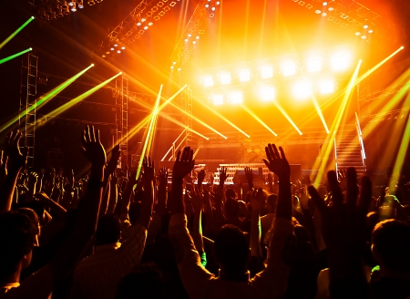 젊은 사람들이 록 콘서트, 활동적인 라이프 스타일, 유명한 음악 밴드, 유흥, 클럽의 무대에서 DJ, 군중 댄스 플로어에서 춤, 밤 휘몰아에 박수 팬에서  스톡 콘텐츠