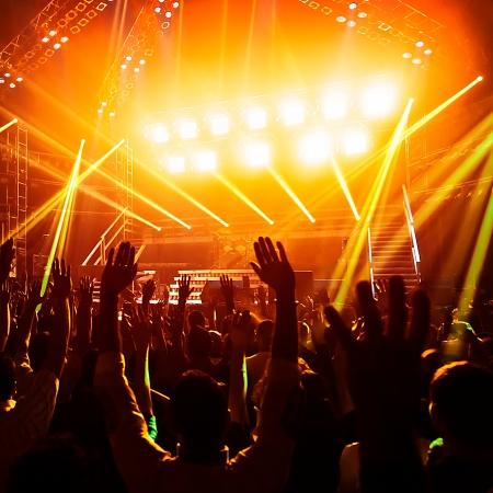 Foto di giovani divertirsi al concerto rock, stile di vita attivo, tifosi che applaudono alla famosa band musicale, la vita notturna, dj sulla scena nel club, folla danzante su pista da ballo, night perfomance Archivio Fotografico - 24101813