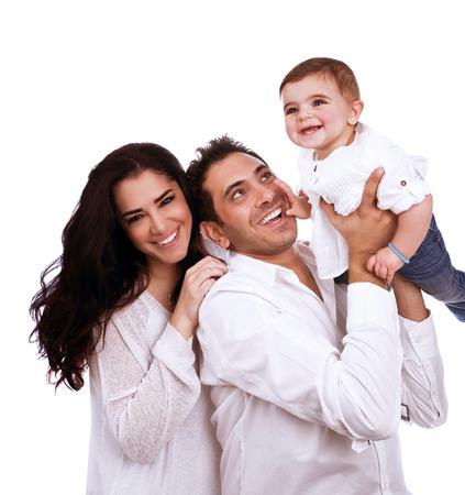 Speelse jonge gezin op een witte achtergrond, schattige baby meisje met liefdevolle ouders, gezonde levensstijl, geluk en liefde concept