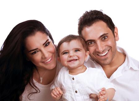 Portret van mooie vrolijke familie op een witte achtergrond, moeder en vader knuffelen hun schattige dochter, geluk begrip