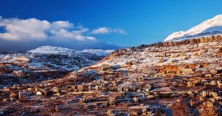Beau paysage de la ville montagneuse de l'hiver, beaucoup chalet confortable, éco tourisme, montagne Faraya au Liban, station de ski, les vacances hivernales notion