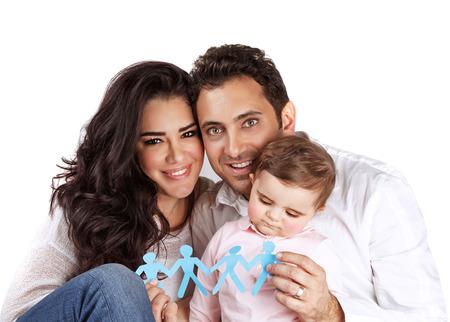 若いアラビア家族分離した白い背景の上接着紙人図、手で保持して安全性とセキュリティ、人間の生殖の概念