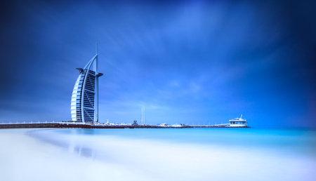 beach resort: Burj Al Arab hotel en la playa de Jumeirah en Dubai, la arquitectura �rabe moderno, lujoso complejo de playa, vacaciones de verano y el concepto de turismo