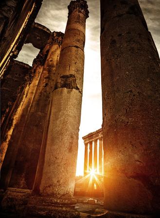 templo griego: Ruinas de Baalbeck en la puesta de sol de color naranja brillante, arquitectura �rabe envejecido, antiguo castillo, famoso lugar de inter�s, templo religioso de edad en el L�bano