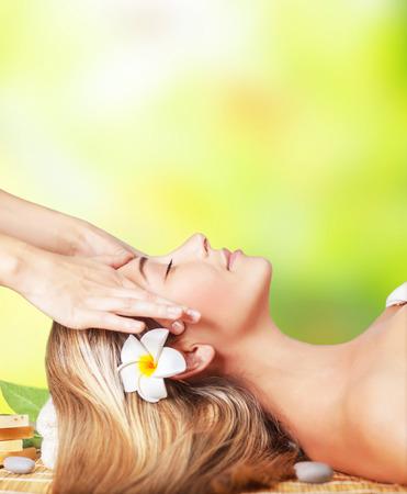 Ontspannende dag in de spa, rustige mooie vrouw liggend op de massagetafel, gezichtsbehandeling medische therapie, huidverzorging, vrouwelijke schoonheid en vakantie concept Stockfoto