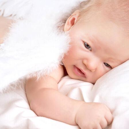 baby angel: neonato vestita di bianco soffici ali Archivio Fotografico