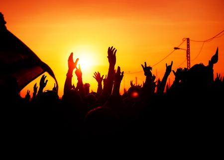 democracia: siluetas de las manos en alto en el cielo