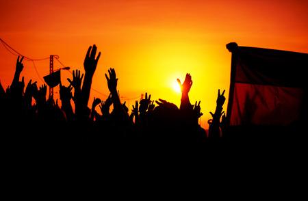 Siluetas de las manos en alto en el cielo Foto de archivo - 26335039