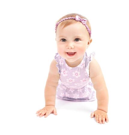 bow hair: Ni�a feliz que se arrastra en el estudio, dentro teniendo diversi�n, vestido lindo arco de pelo rosa, jugando aislado en el fondo blanco, el concepto de la felicidad Foto de archivo