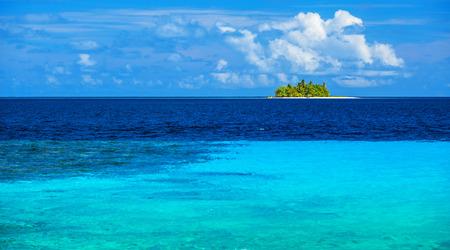 onbewoond: Onbewoond eiland in de zee, transparant blauw water, maagd wilde natuur, scènes bestemming, zonnige dag, exotische reizen en toerisme-concept