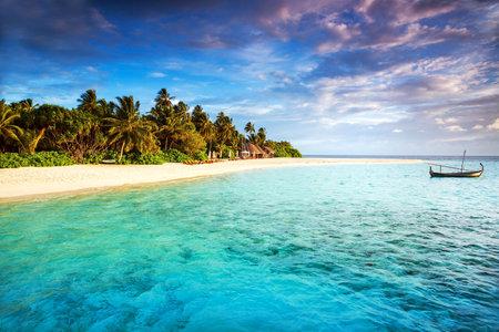 Belle île tropicale, l'aventure de l'été, un bateau de pêche dans l'océan bleu transparent, arbres fraîches de palmiers verts, Voyage et tourisme notion Éditoriale