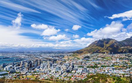 ケープタウン シティ ビュー、海岸、美しい都市パノラマ、高い山々、夏の休暇の概念に多くの家の南アフリカ共和国への旅行