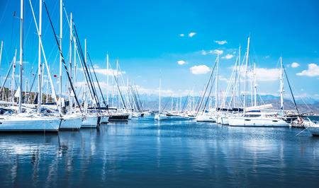 Barca a vela porto, tanti bei yacht ormeggiati a vela nel porto di mare, trasporto d'acqua moderno, vacanza estate, stile di vita di lusso e concetto di ricchezza