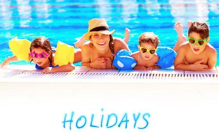 trois enfants: M�re de trois enfants s'amuser dans la piscine, nager dans l'eau bleue transparente, les vacances d'�t� de d�penses de la famille gai actifs ainsi