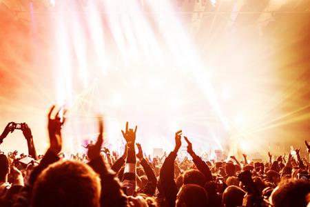 rock concert: Folla godendo di concerto, le persone felici saltando, grande gruppo che celebra vacanza di Capodanno, festa di sfondo concetto di divertimento