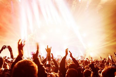 concierto de rock: Multitud disfrutar de conciertos, la gente feliz saltando, gran grupo celebrando el nuevo año de vacaciones, fondo de fiesta divertido concepto Foto de archivo