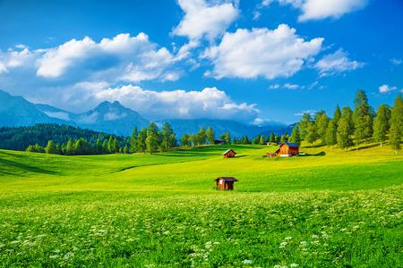 Hermoso paisaje del valle en las montañas de los Alpes, las pequeñas casas en Seefeld, escena rural, majestuosa vista panorámica