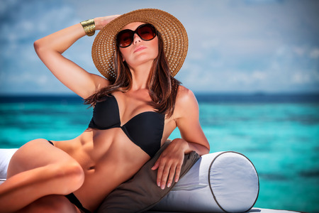 cuerpo femenino perfecto: Retrato de sexy modelo posando en la playa, sesión de foto de lujo en la isla de Maldivas, mirada de moda, el concepto de las vacaciones de verano