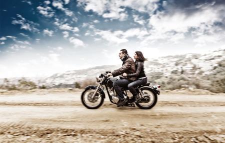 アクティブなカップル スローモーション、自転車ツアー、ビンテージ スタイルの写真、幸せな冒険概念で楽しんでの motobike に乗る