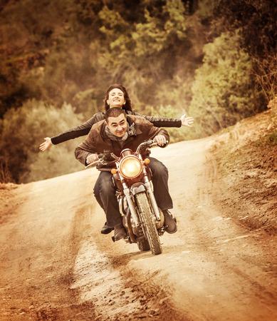 motorrad frau: Sportliche Familie unterwegs auf dem Motorrad, Reiten auf dem Motorrad mit bis erhobenen H�nden, aktive Menschen, Extremsport, Freiheit-Konzept