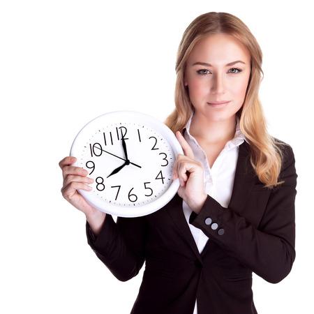 stipt: Portret van mooie jonge vrouw bedrijf in handen klok, op een witte achtergrond, discipline en stipte concept van Stockfoto