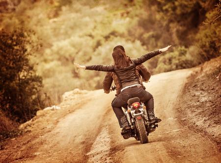 Familia deportiva de viajar en moto, montar en moto con las manos levantadas, las personas activas, deporte extremo, concepto de la libertad