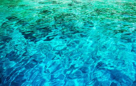 Resumen de antecedentes de agua, hermoso mar azul claro transparente, el mar Mediterráneo, maravillosa naturaleza, el concepto de las vacaciones de verano