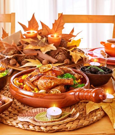 Tasty Ofen gebackene Huhn auf festlichen Tisch serviert, Thanksgiving Tag, traditionelle Herbsturlaub, ein romantisches Abendessen, leckeres Gericht Konzept Standard-Bild - 30990888