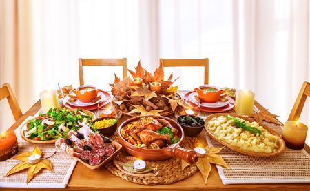 food on table: Cena festiva a casa, il giorno del ringraziamento celebrazione, pollo sostenuto, salumi, contorno di patate, insalata verde fresco, cibo tradizionale per la festa autunnale Archivio Fotografico