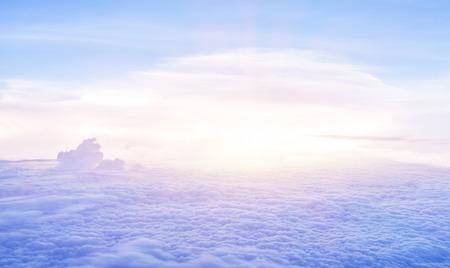 Schöne Himmel am Morgen, fliegen über flauschige Wolken, helle Sonne Licht, friedliche Landschaft, gutes Wetter, Freiheit Konzept Standard-Bild - 31429236