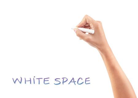 rotulador: Mujer mano escribiendo algo en el espacio blanco de la copia, parte del cuerpo, el lugar para el anuncio concepto