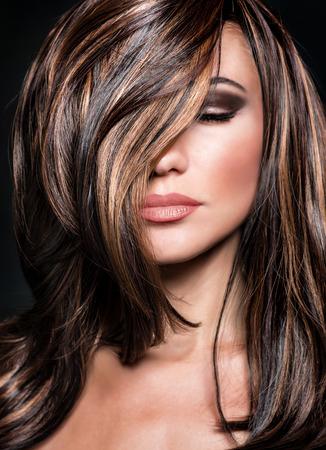 Detailansicht-Porträt des sexy Mädchen mit geschlossenen Augen und dunklen Make-up perfekt und glänzendes Haar, modisch professionelles Modell, Beauty-Salon-Konzept Lizenzfreie Bilder