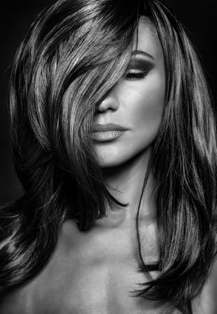 Schwarzweiß-Foto der verführerischen Frau mit geschlossenen Augen, stilvollen Make-up und Frisur, Luxus Fotoshooting von Supermodel