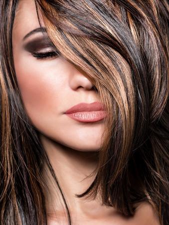 lang haar: Close-up portret van stijlvolle prachtige super model, mooie make-up en glanzend bruin haar, luxe hairstyling salon