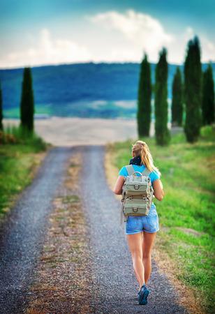 Fiatal hátizsákos utazó végig Európa, boldog nő séta a parkban, felfedezni a világ, a nyári vakáció koncepció