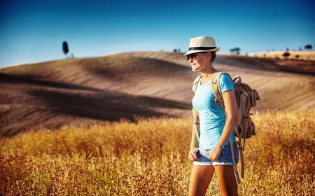 Tourist Mädchen genießen Ansicht der schönen goldenen Weizen trocken Hügel, entlang Europas in der herbstlichen Jahreszeit, aktiven Lifestyle-Konzept Standard-Bild - 31786072