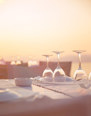 caffee: Beautiful table setting on the beach, beautiful crystal wine glasses for romantic wedding celebration, luxury event concept Stock Photo