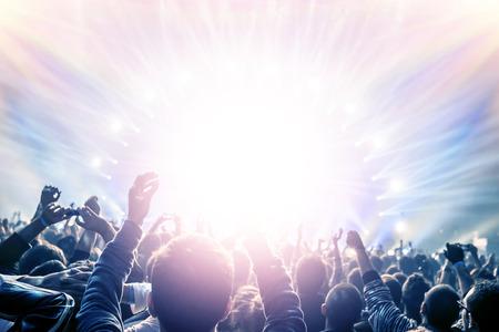 Concerto all'aperto, le persone felici con suscitato mano notte godendo nel club, intrattenimento notturno, stile di vita attivo, Capodanno celebrazione, concetto di festa Archivio Fotografico - 32751030