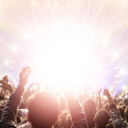 aplaudiendo: Concierto de rock, estilo de vida activo, la gente feliz aplaudiendo al grupo de pop, tiempo en el club de noche disfrutando, celebración del Año Nuevo