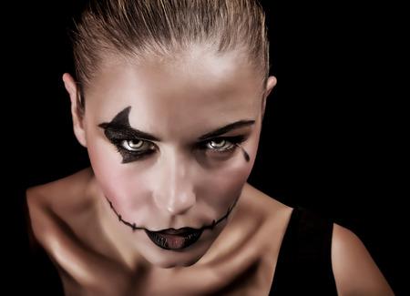 beldam: Ritratto del primo piano di strega terrificante con il trucco raccapricciante e look aggressivo, isolato su sfondo nero, concetto di partito di Halloween Archivio Fotografico
