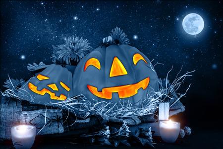 estrella de la vida: La noche de Halloween, miedo cabeza de calabaza tallada brillando en la noche oscura estrellado, la luna llena, fiesta de octubre tradicional concepto de terror Foto de archivo